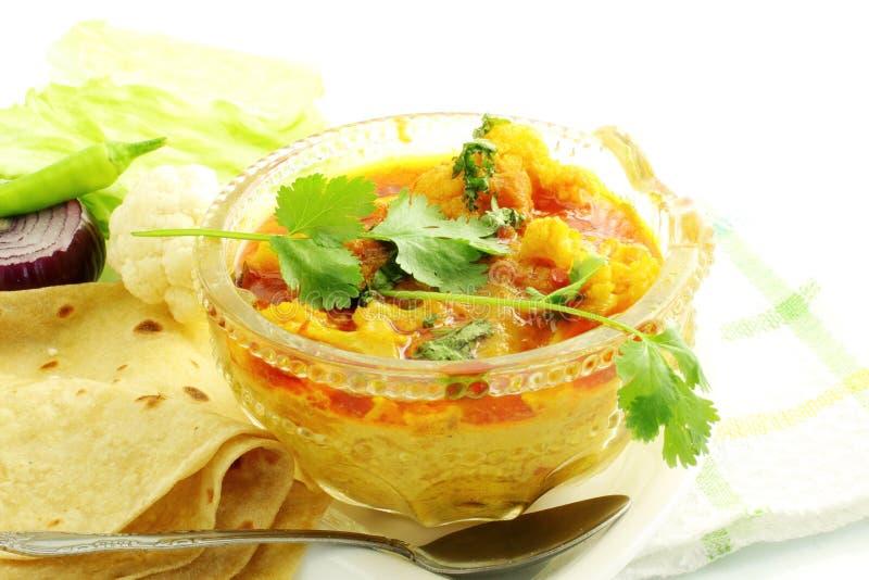 印地安食物菜花椰菜masala shaak盘用玉米粉薄烙饼 免版税库存图片