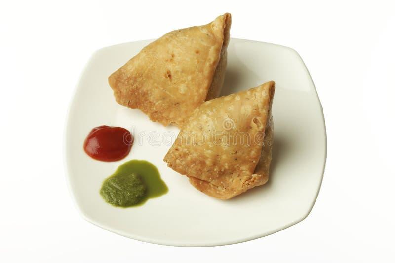 印地安食物:传统印地安辣酥脆油煎的旁遮普语Samosa 免版税库存照片