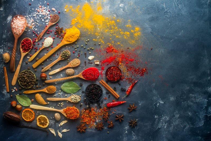 印地安香料,草本,在木和生来有福和金属碗,文本的空间的坚果 库存图片
