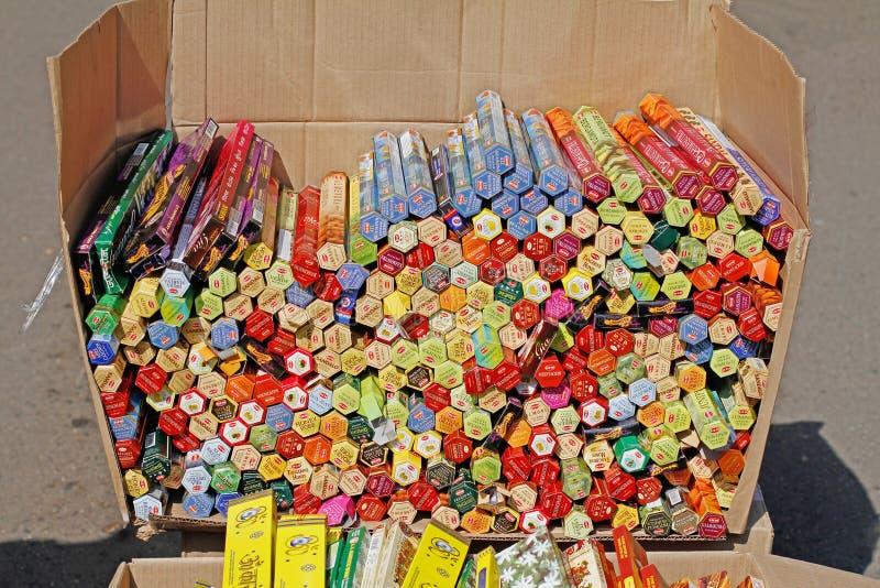 印地安香火在卖的箱子黏附在印度的节日在莫斯科 免版税库存照片