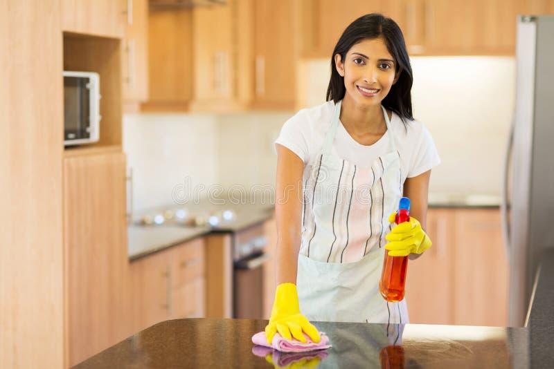 印地安主妇清洁 免版税库存照片
