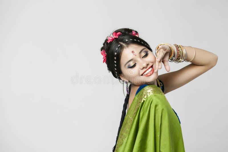 印地安绿色礼服的年轻俏丽的妇女 库存照片