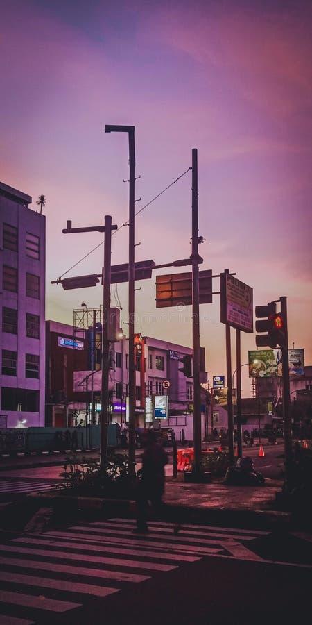 印尼万隆红灯中的紫色日落 库存照片