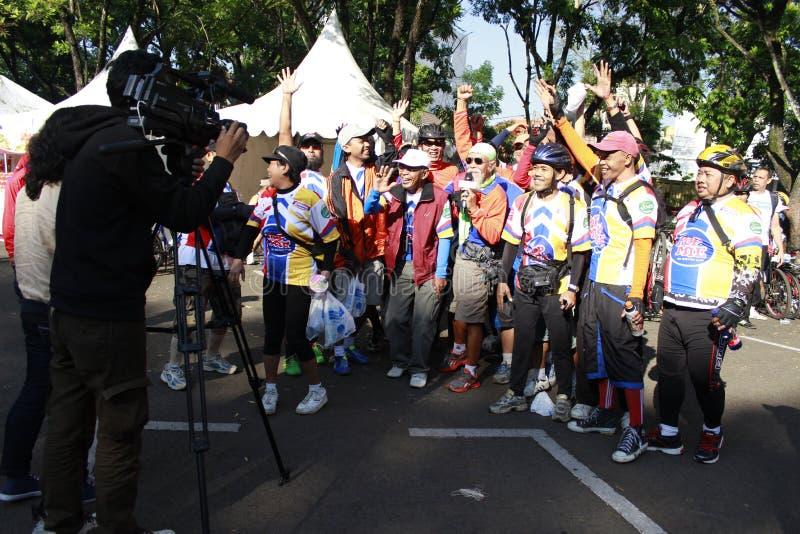 印尼万隆;摄影师正在录制视频,采访一项自行车运动的获胜者 库存照片
