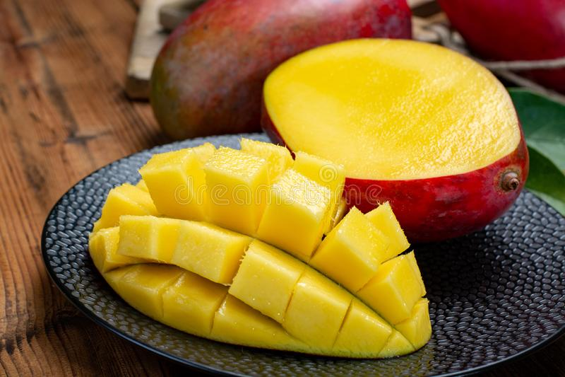 印度、巴基斯坦和菲律宾热带有机成熟红色的芒果全国果子立即可食 免版税库存照片