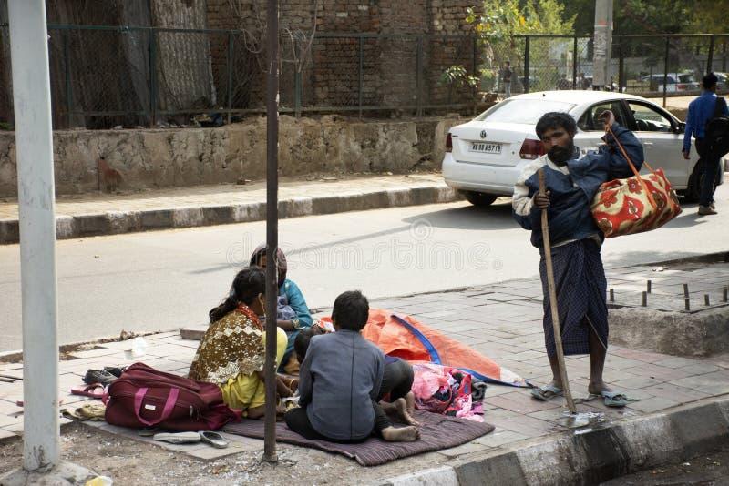 印度人和外国人人民生活和生活方式在农村乡下旁边路的早晨时间的在新德里,印度 免版税库存照片