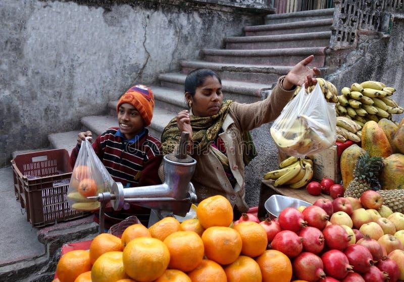 印度卖果子的男孩和母亲 免版税图库摄影