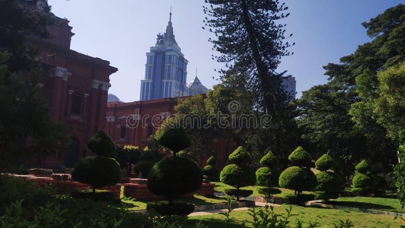 印度卡纳塔克邦班加罗尔公园后面的高层商业建筑 免版税库存图片