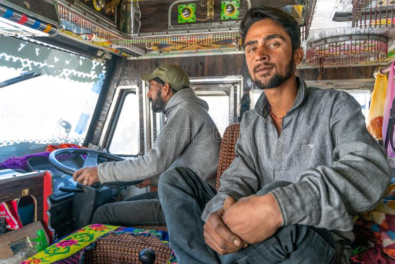印度卡车司机和他的帮手画象  免版税库存照片