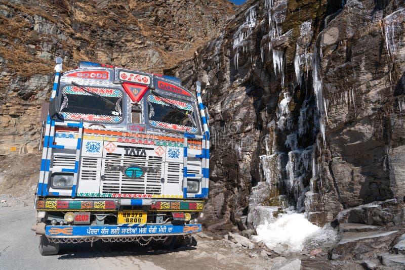 印度卡车和冻小河 库存图片