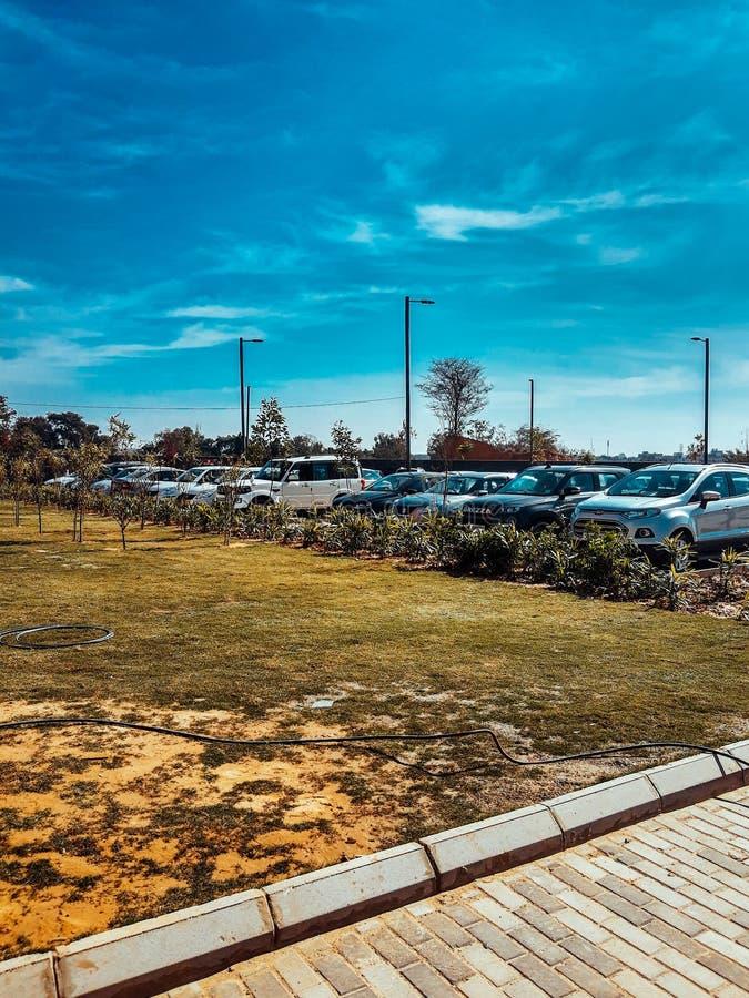 印度古尔冈 — 2020年3月9日:全球商业园大楼和办公室停车场 库存图片