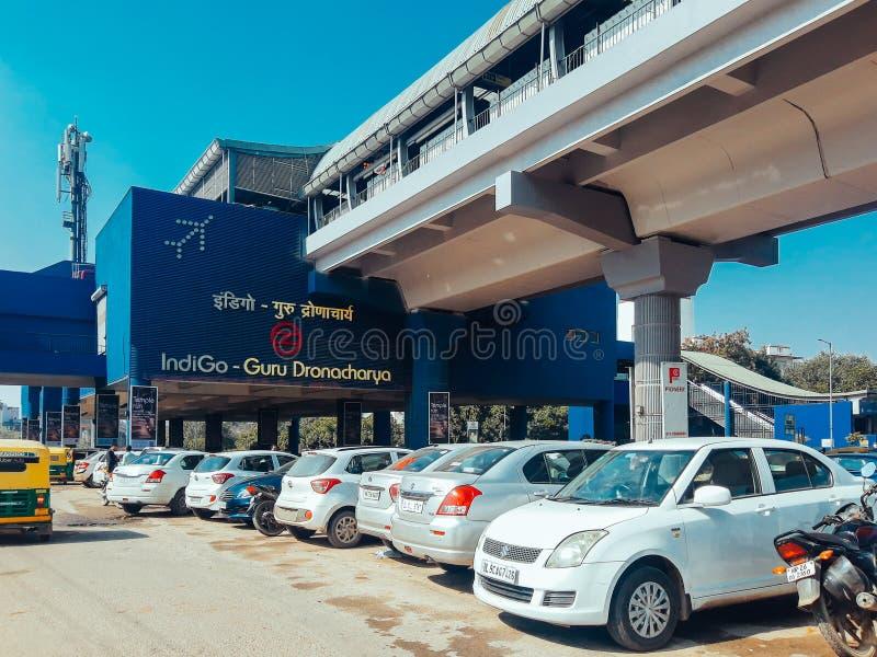 印度古尔冈 — 2020年3月8日:环球商业园附近的古鲁·德罗纳查里亚地铁站 库存照片