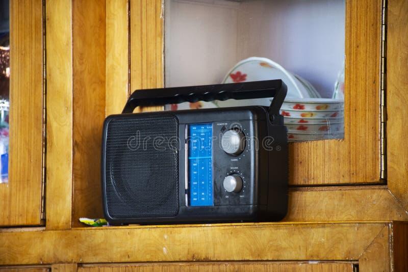 印度和藏族减速火箭的葡萄酒晶体管收音机在房子客厅莱赫拉达克村庄的喜马拉雅谷的 库存图片