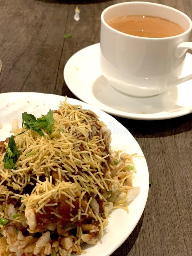 印度咸味小吃加茶 库存图片