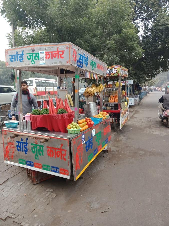 印度哈里亚纳邦街头果汁摊 免版税库存照片