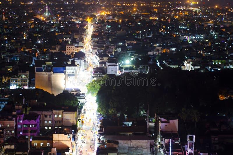 印度城市义卖市场夜点燃bird& x27; s眼睛视图 库存照片