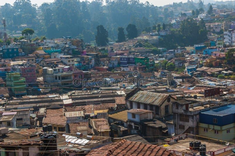 印度城市乌塔卡蒙德, Coonor, Nilgiris,泰米尔纳德邦 色的屋顶 免版税库存图片
