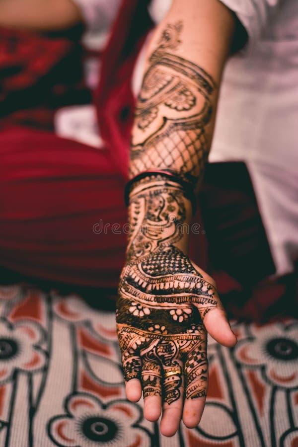 印度女孩无刺指甲花书刊上的图片 免版税库存照片
