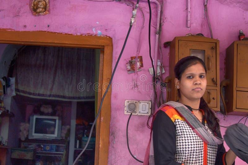 印度女孩离开房子 免版税库存图片