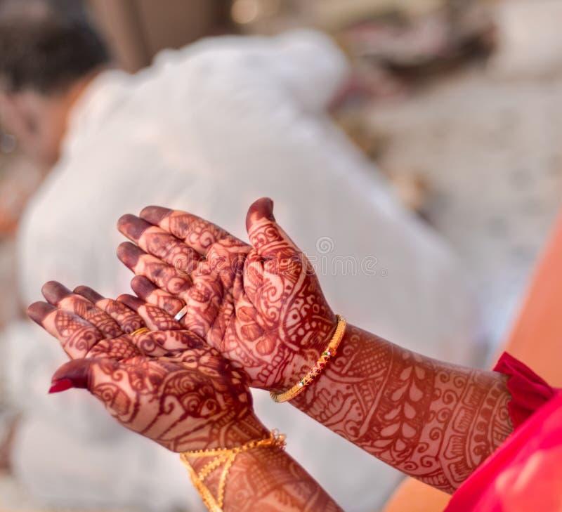 印度女孩马哈迪手 免版税库存照片