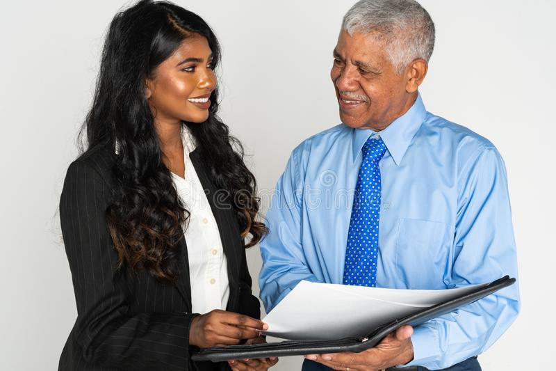 印度女实业家和人在工作 免版税库存照片