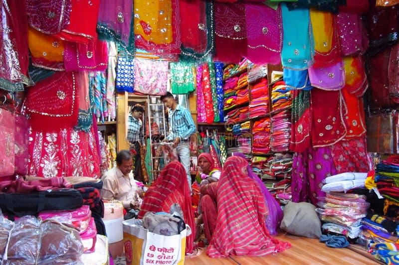 印度妇女在五颜六色的莎丽服在印地安街市上穿戴了 免版税库存图片