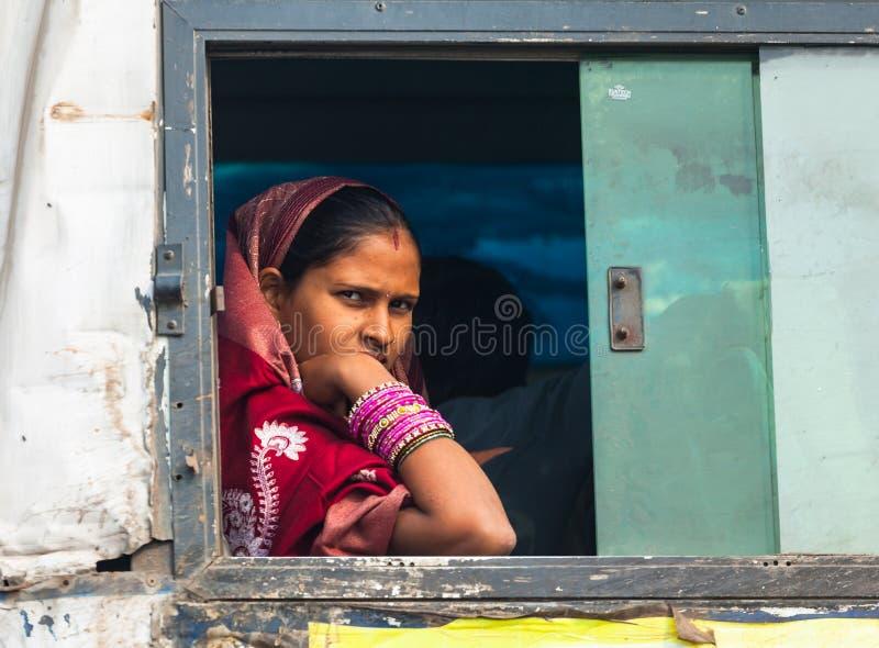 印度妇女在火车窗口里 免版税库存照片