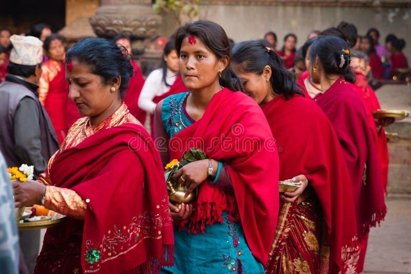 印度妇女游行- Bhaktapur,尼泊尔 图库摄影