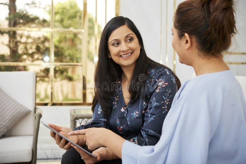 印度妇女谈话与朋友 免版税库存照片
