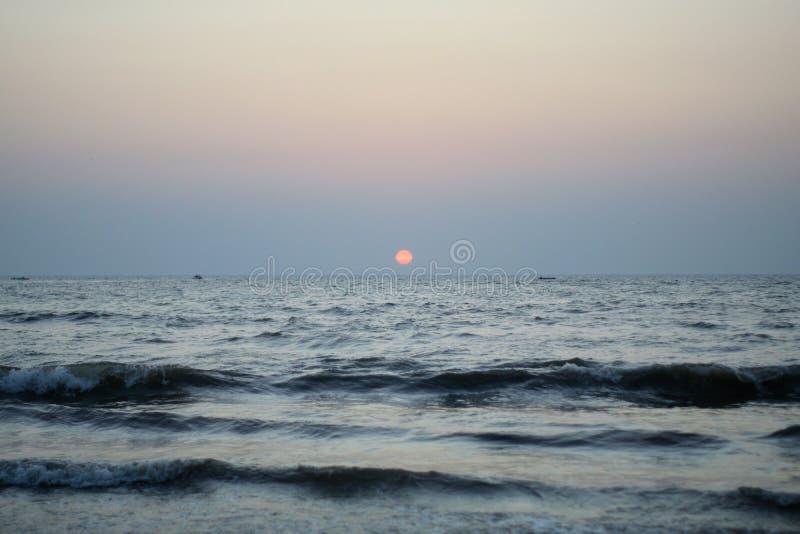 印度孟买朱湖海滩的日落 库存图片