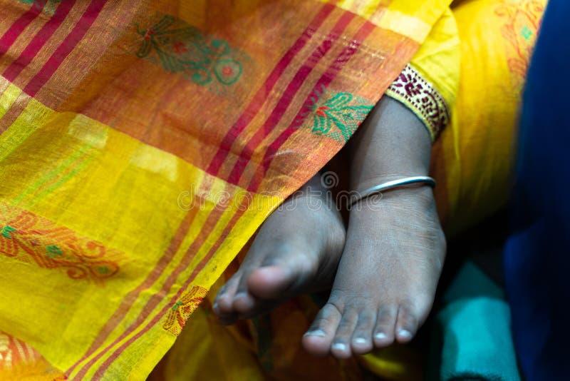 印度孩子的莎丽服和脚 免版税图库摄影