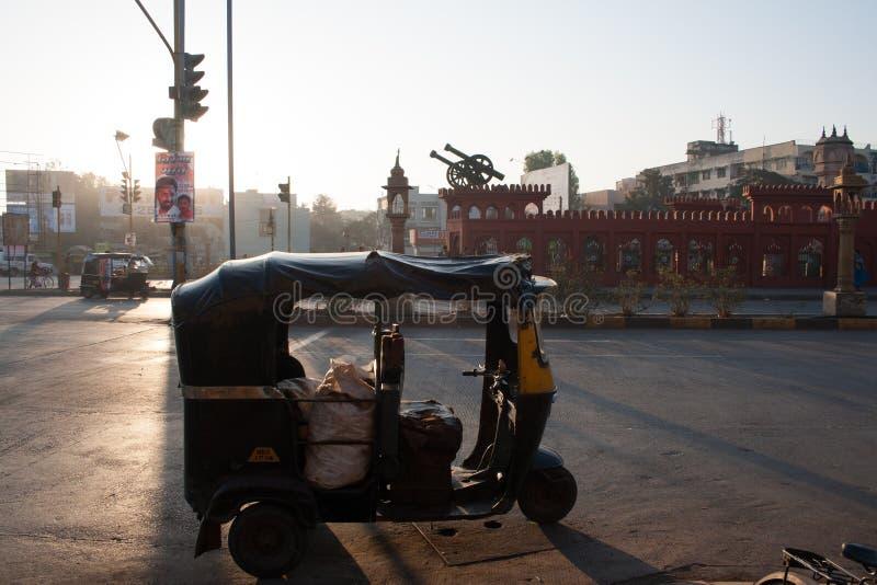 印度安纳普尔纳路环的机动三轮车和卡农 库存照片