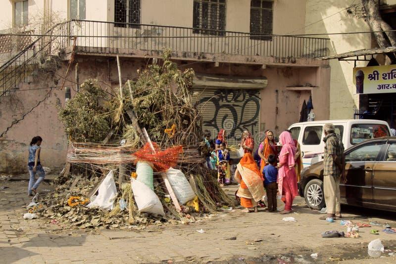 印度家庭准备好庆祝霍莉 巨大的堆棍子和残骸街道夜中将烧  库存照片
