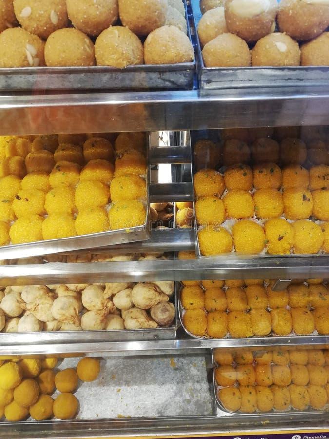 印度寺庙外的印度传统甜点店 库存照片