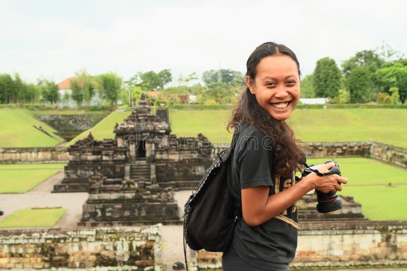 印度寺庙的Sambisari微笑的俏丽的女孩 免版税库存照片