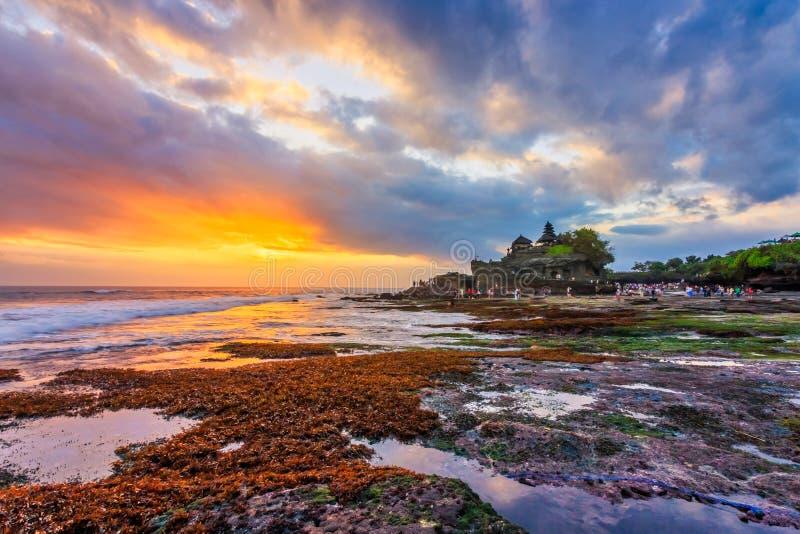 印度寺庙看法在Tanah全部海滩,巴厘岛,印度尼西亚的 库存照片