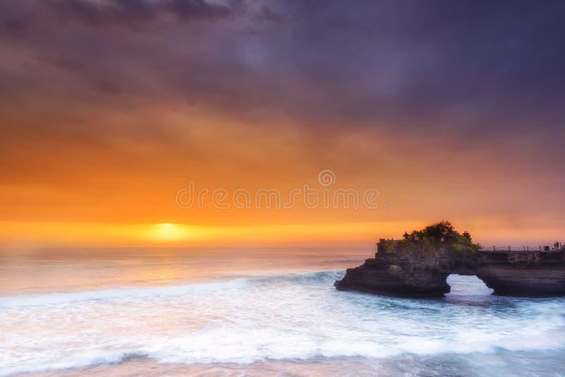 印度寺庙Pura Tanah全部和日落巴厘岛,印度尼西亚 库存图片