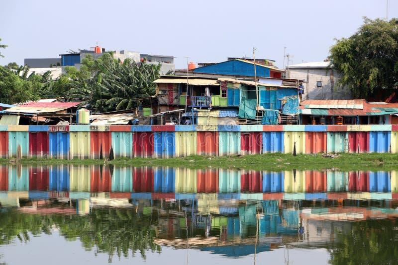 印度尼西亚、五颜六色的房子和五颜六色的水坝的彩虹村庄沿贫民窟运河  图库摄影