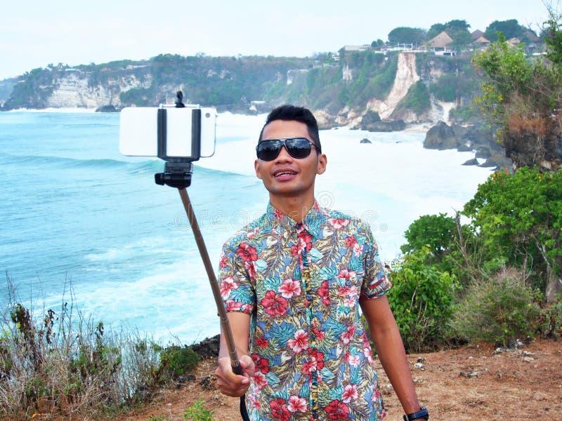 印度尼西亚人用Selfie棍子 免版税库存照片
