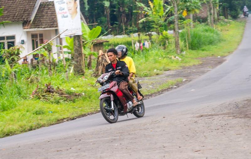 印度尼西亚人骑摩托车 库存图片