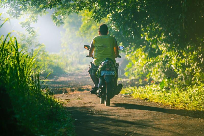 印度尼西亚人骑摩托车 库存照片