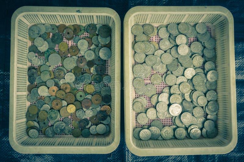 印度尼西亚在塑料篮子照片显示的` s硬币的汇集拍在茂物印度尼西亚 免版税库存图片
