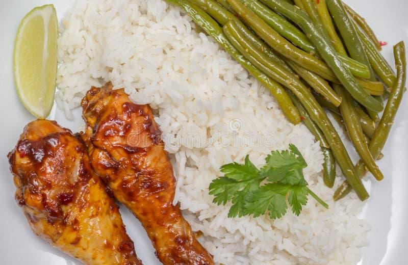 印度尼西亚小鸡腿用米、石灰和sajoer豆 免版税库存照片