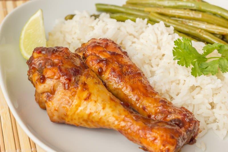 印度尼西亚小鸡腿用米、石灰和sajoer豆 免版税库存图片