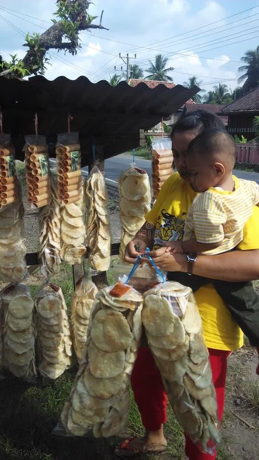 从印度尼西亚的传统薄脆饼干 库存照片