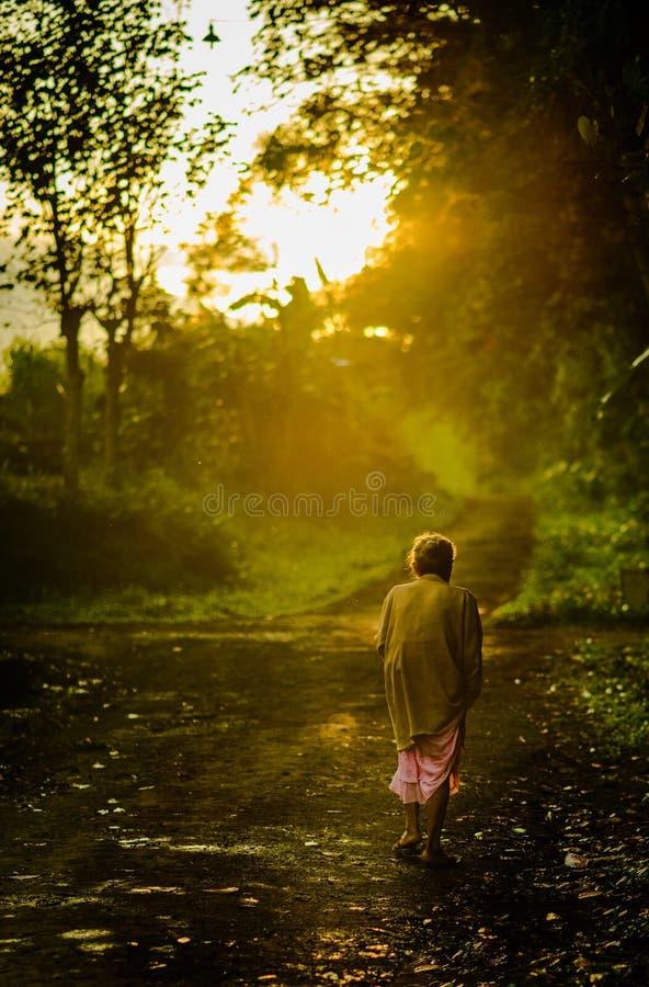 印度尼西亚老妇人步行早晨 库存照片