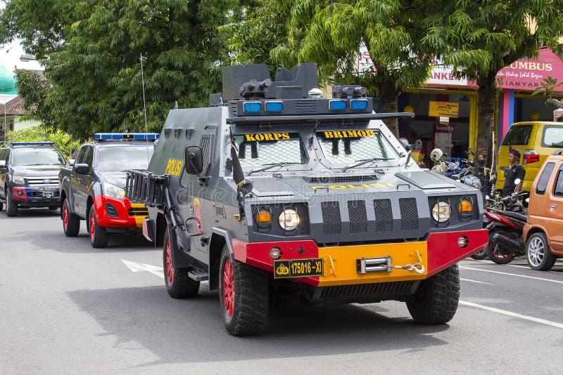 印度尼西亚警察与汽车交战在选举前集会的街道印尼民主斗争党在巴厘岛,印度尼西亚 库存照片