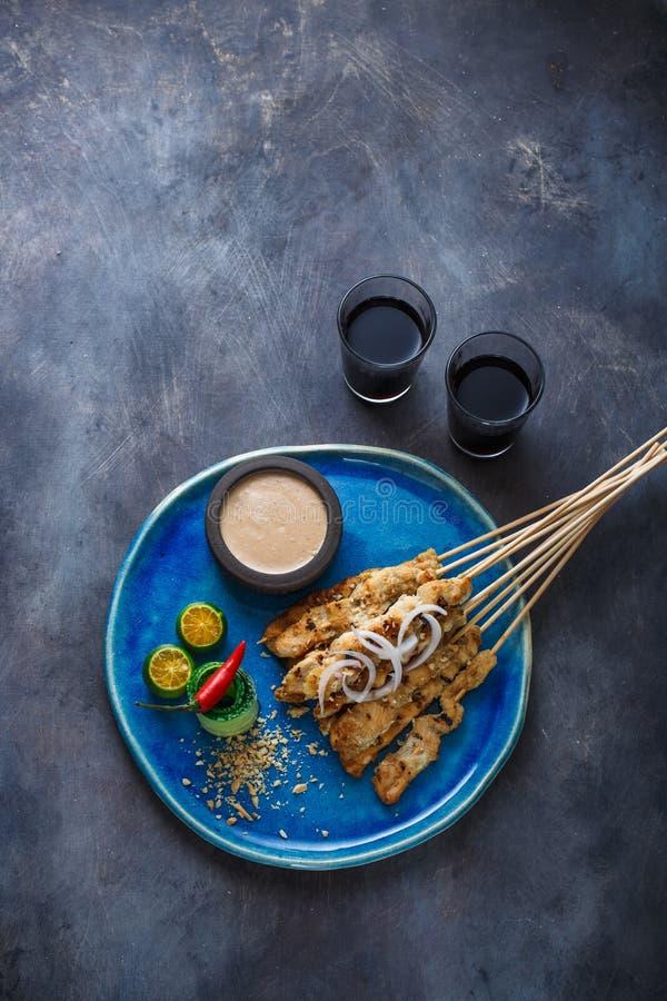 印度尼西亚鸡串心满意足用花生调味汁和沙拉,顶视图, copyspace 免版税库存照片