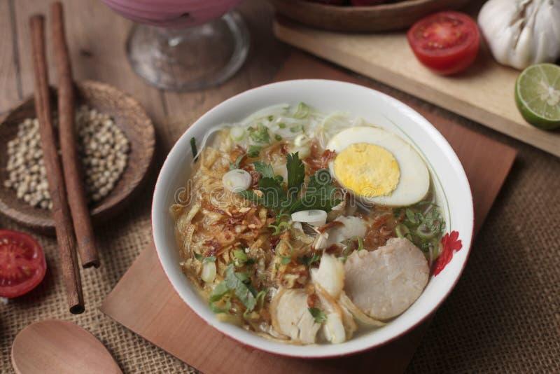 印度尼西亚鸡soto或soto ayam,服务与ketupat或lontong 免版税库存图片