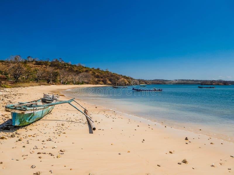 印度尼西亚-在桃红色海滩的小船 库存照片